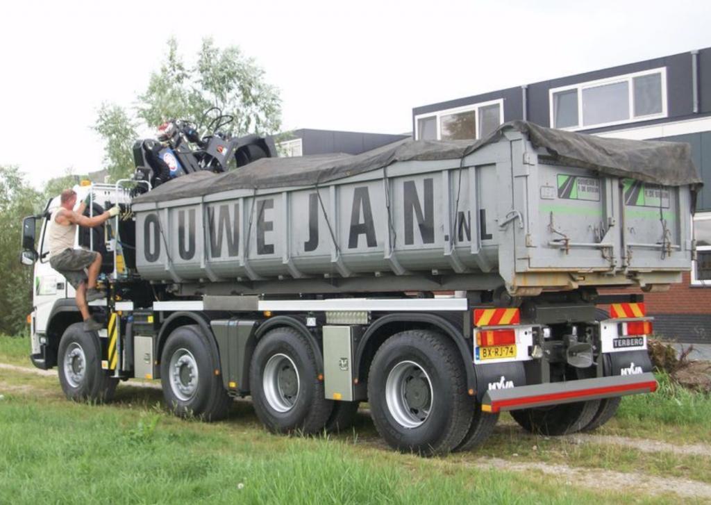 Autokraan met container zegveld